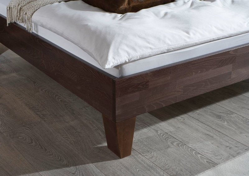 Detail massief houten bed Lucas tapse poot