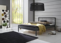 Metalen tweepersoons bed met chrome accenten
